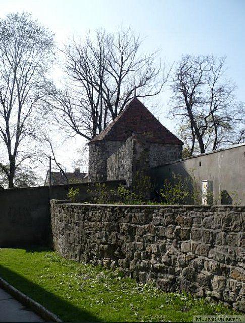 Murów starych pamięć wieje... Starość murów, w których wiatr zap