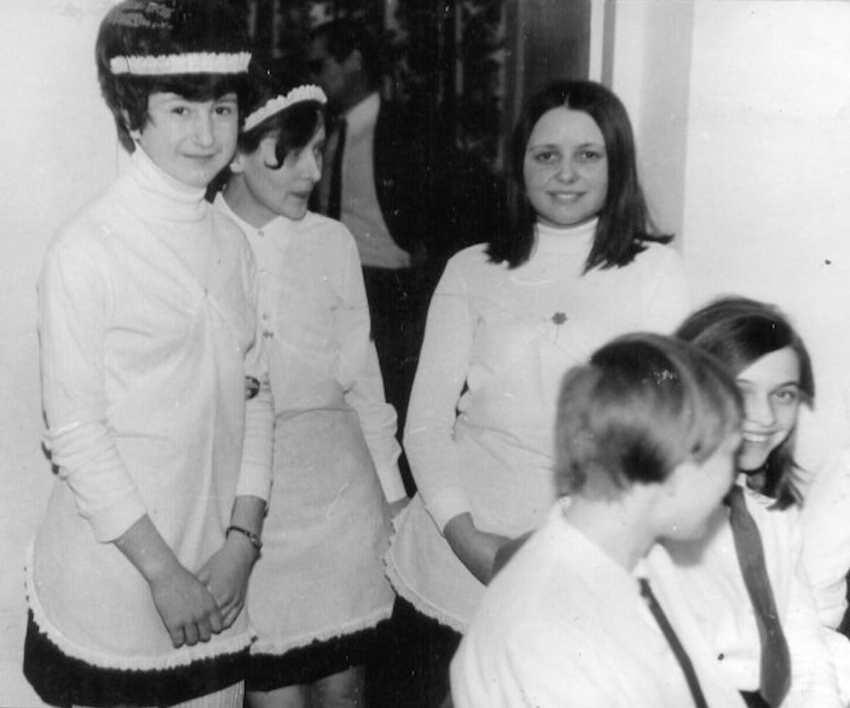 Kelnerki w czasie otwarcia kawiarenki ,,Pod szpachelką