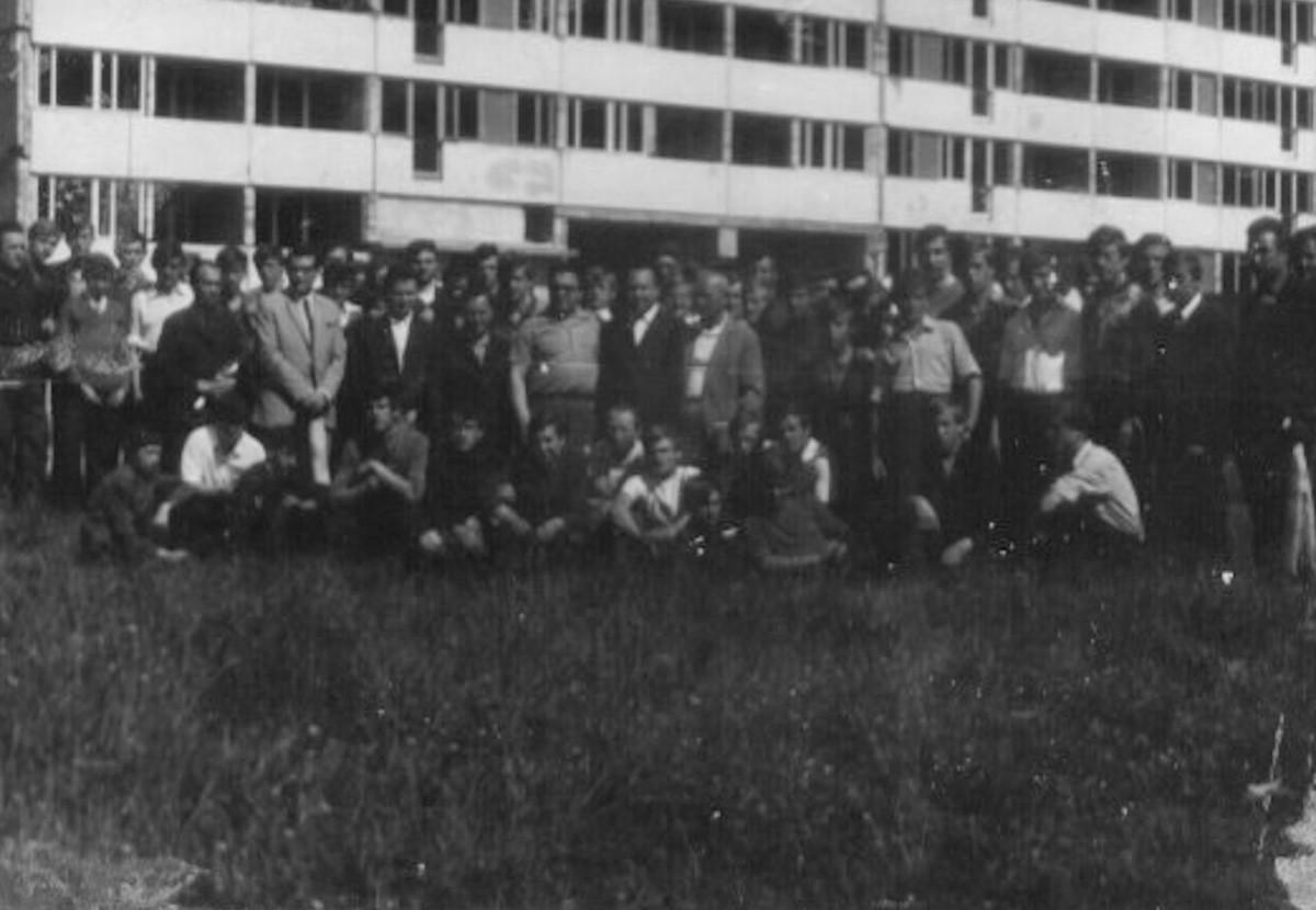 Spotkanie władz szkolnych z młodzieżą ZSB na Osiedlu Południe. (1973/74r)