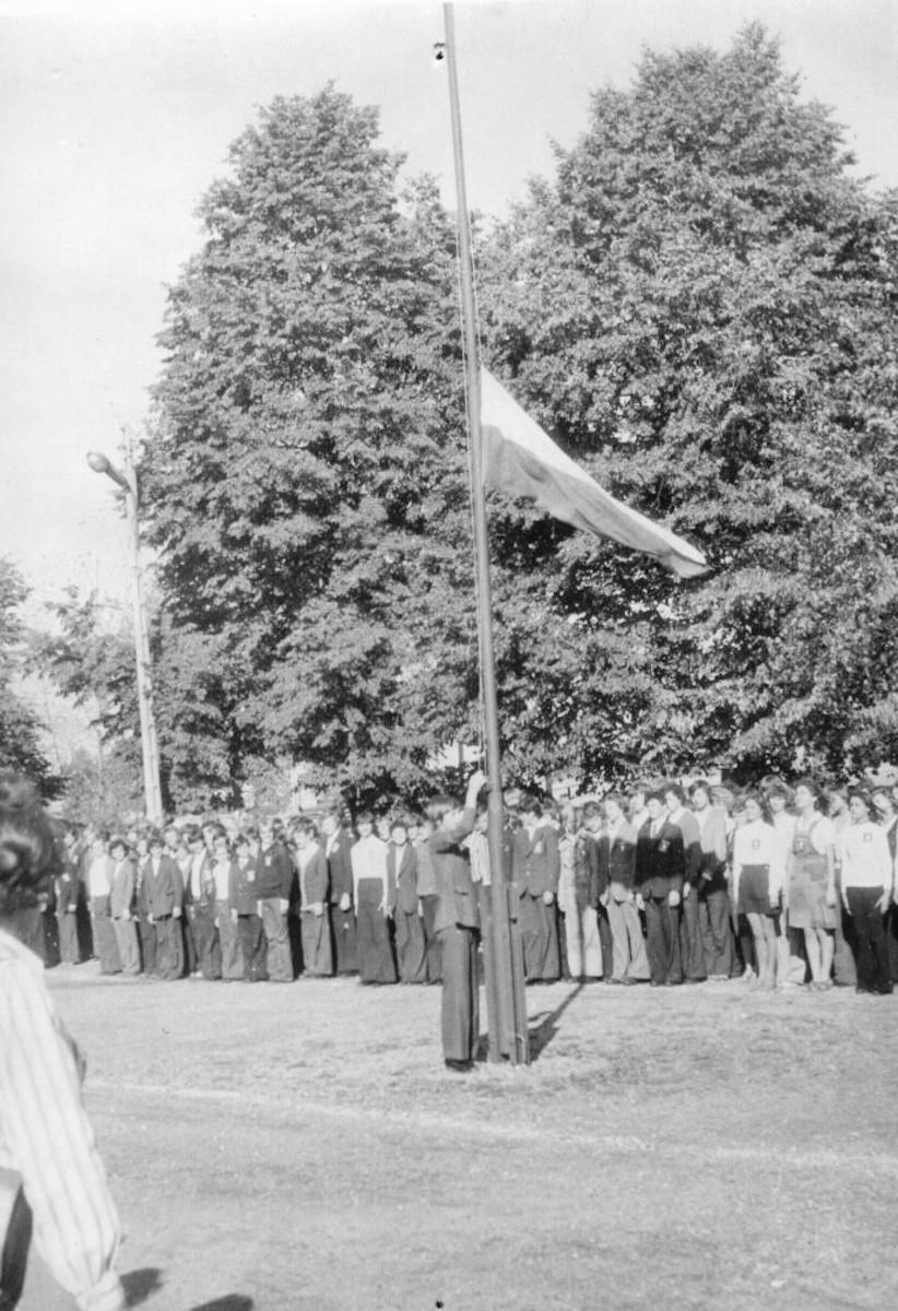 Wciąganie flagi na maszt w trakcie otwarcia roku szkolnego 1975/76.