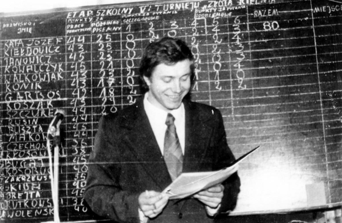 """Prowadzący eliminacji V Turnieju """"Złotej Kielni"""", nauczyciel Stanisław Krysteniak. (27-28.02.1976r)"""
