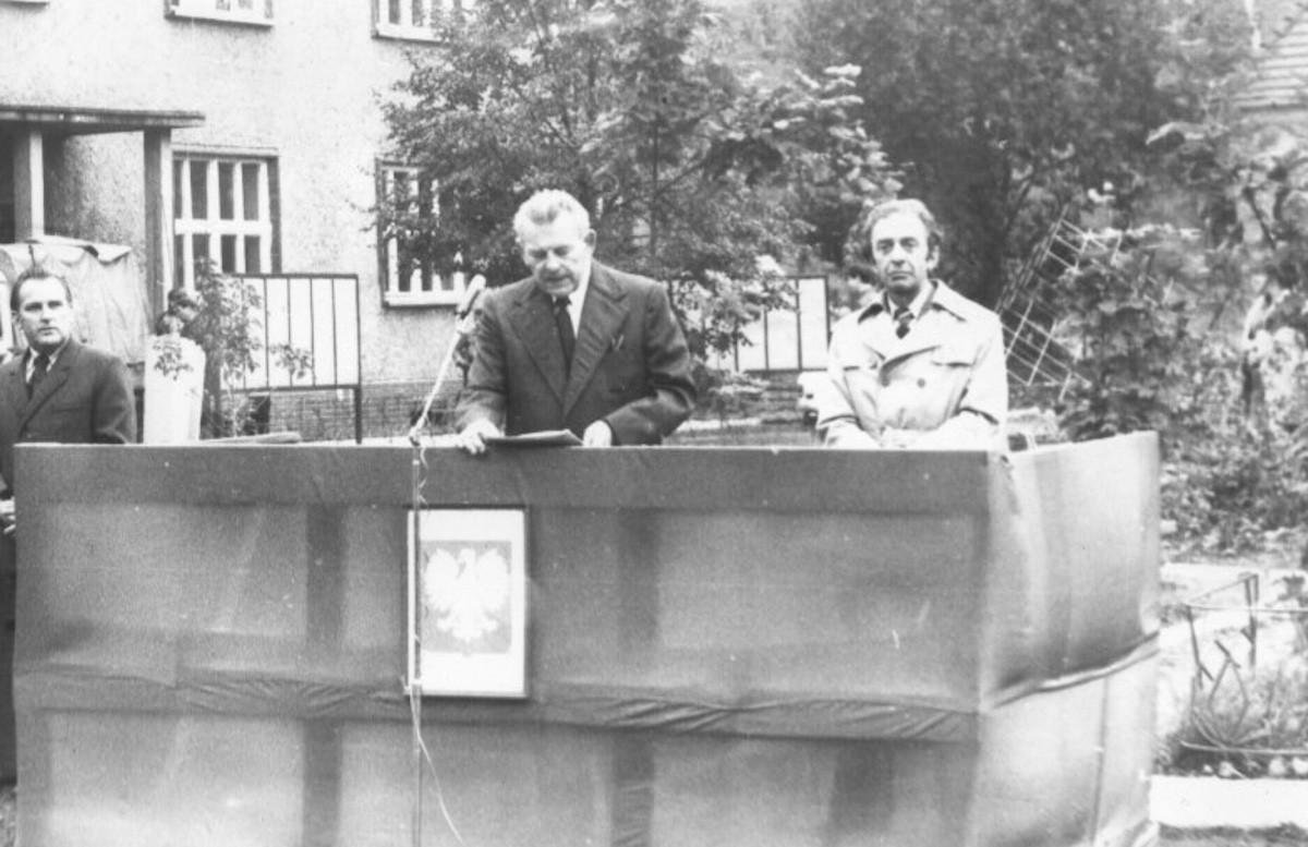 Początek roku szkolnego 1976. Z-ca dyr.Leonard Rosranowski.