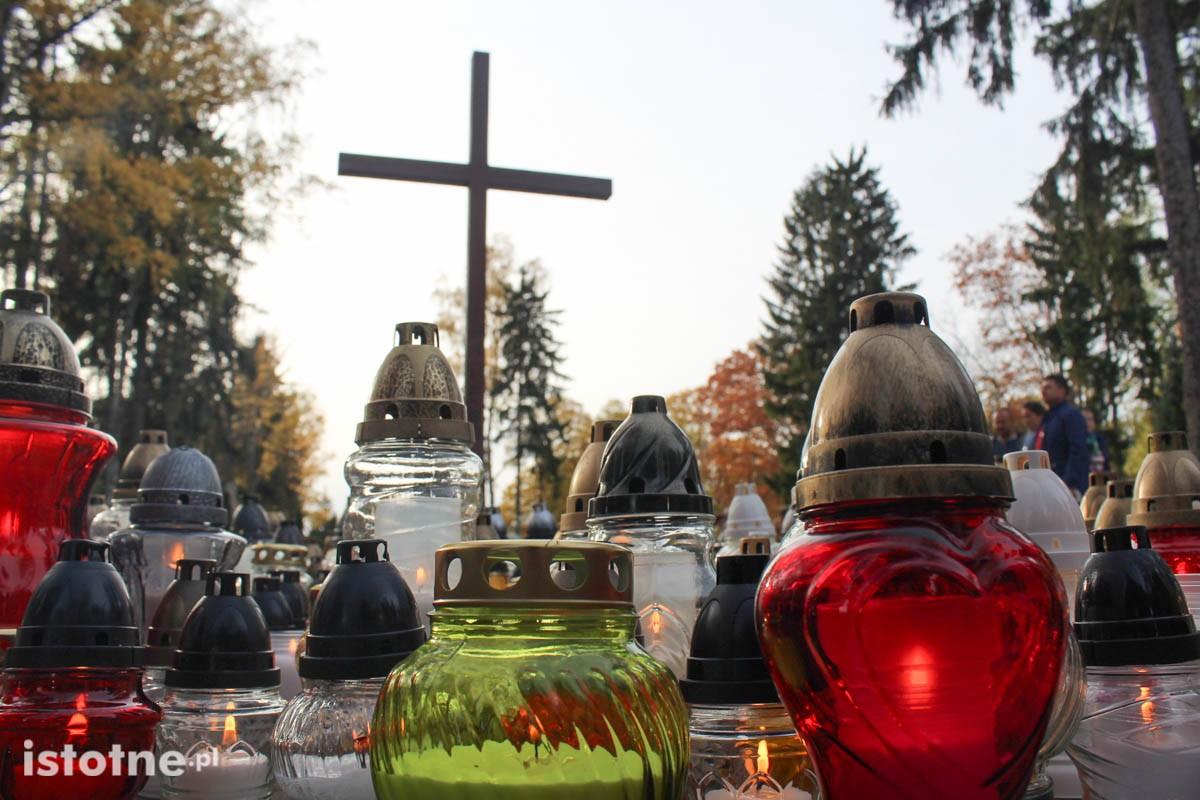Znicze na cmentarzu w Bolesławcu z-index: 0