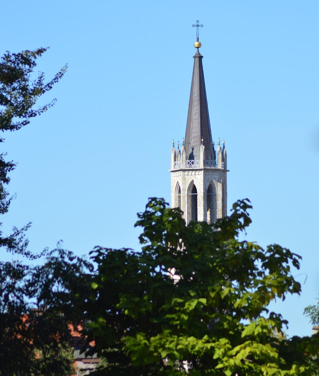 Biała wieża kościoła. z-index: 0