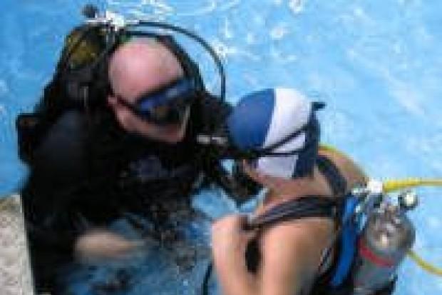 Młodzi ludzie uczą się nurkowania