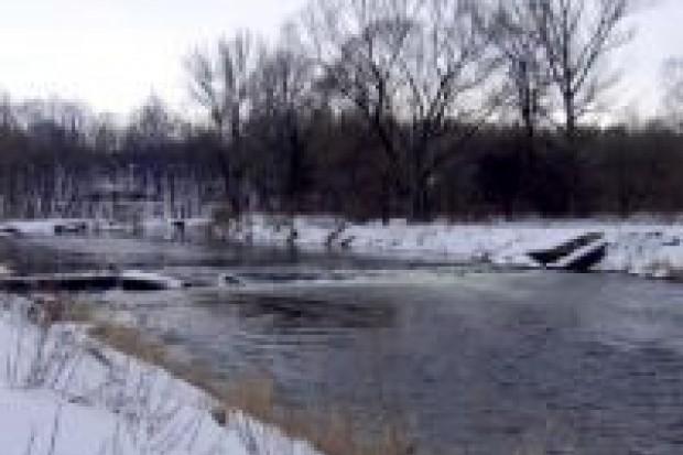 76-latek wpadł do lodowatej wody