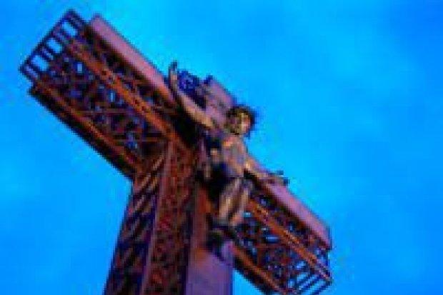 Następny mężczyzna chciał wejść na krzyż