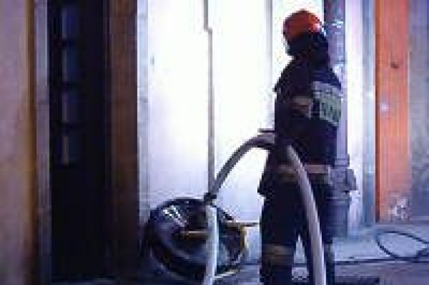 Strażacy zapobiegli pożarowi pod sklepem