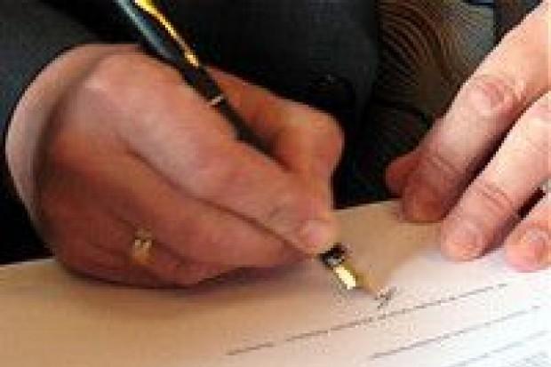 Miejscy urzędnicy podpisują Kodeks Etyki