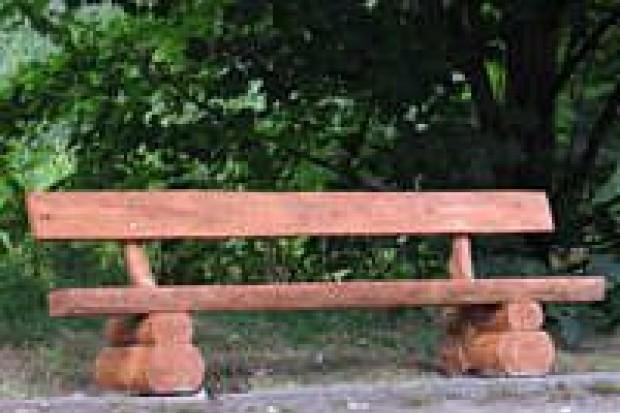 Młodzież wkopała ławki na bulwarze nad Bobrem