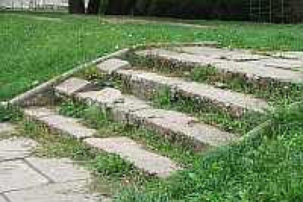 Zniszczone schody i podjazdy utrudniają życie