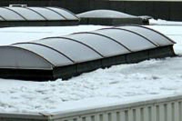 Niewiele śniegu jest na dachach marketów