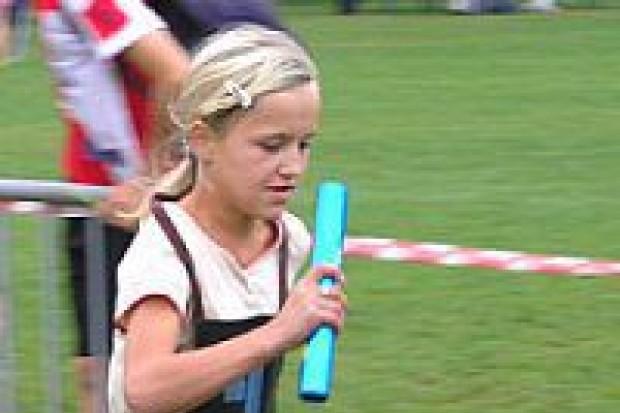 W sztafetowych biegach przełajowych rywalizowali uczniowie