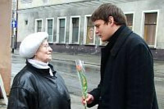 Młodzi Socjaldemokraci rozdawali paniom tulipany