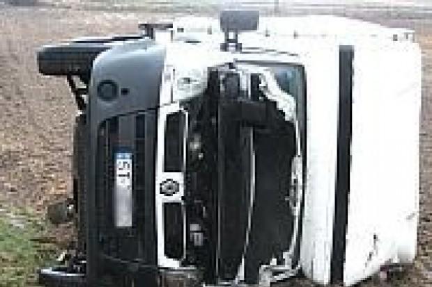 Dostawczy Renault wypadł z drogi