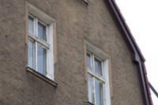 O mały włos dziecko nie wypadło przez okno