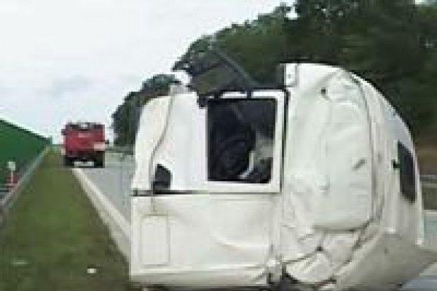 Kierowca tira zginął w wypadku na autostradzie