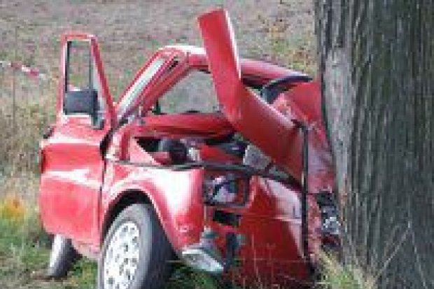 Fiat 126p uderzył z impetem w drzewo
