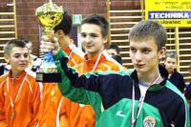 """Piłkarska gala """"Mistrzowie Dzieciom"""" odbyła się w Nowogrodźcu"""