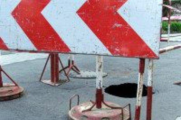 Duża dziura w jezdni powstała na ulicy Komuny Paryskiej