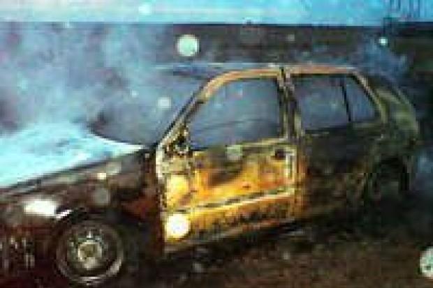 Spłonęło auto mężczyzny, który chciał pomóc w gaszeniu pożaru