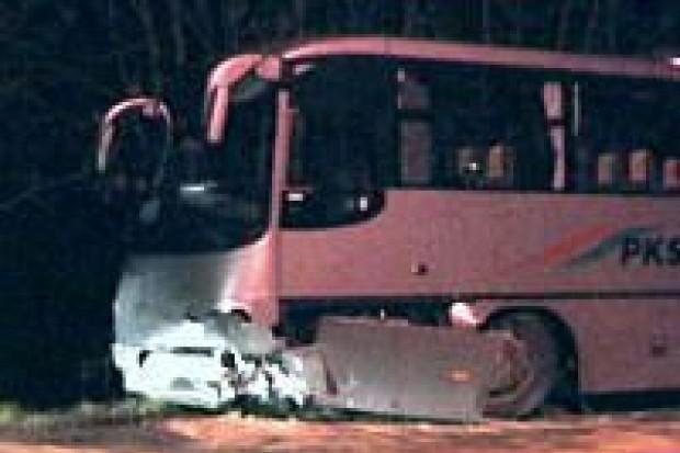 Samochód osobowy zderzył się z autobusem w Żerkowicach