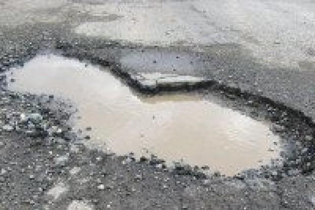 Burmistrz Relich nie chce powiedzieć, czy droga do strefy zostanie załatana