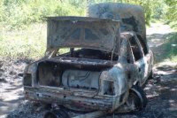 Policja szuka właściciela spalonego samochodu