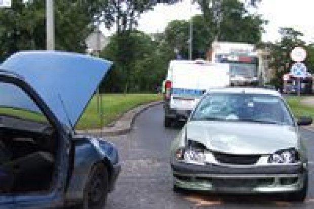 Kolizja 3 aut na skrzyżowaniu ulic Wróblewskiego i Dolne Młyny