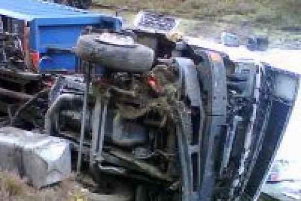 Ciężarówka uderzyła w skarpę za Przejęsławiem