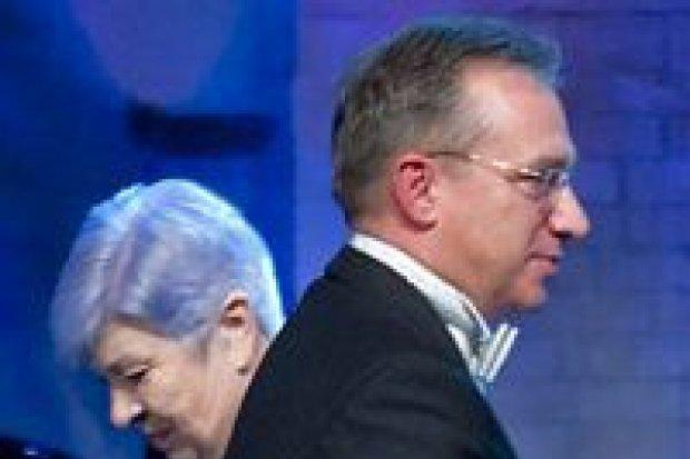 Prezydent wręcza, przewodnicząca całuje