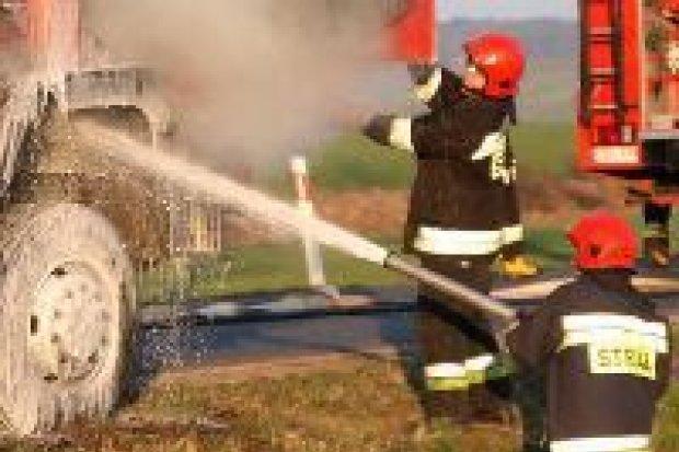 Pożar ciężarówki na drodze koło Iwin