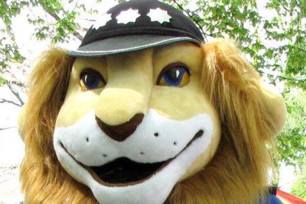 Policyjny konkurs dla uczniów: nagraj film i wygraj wizytę Komisarza Lwa w Twojej klasie!