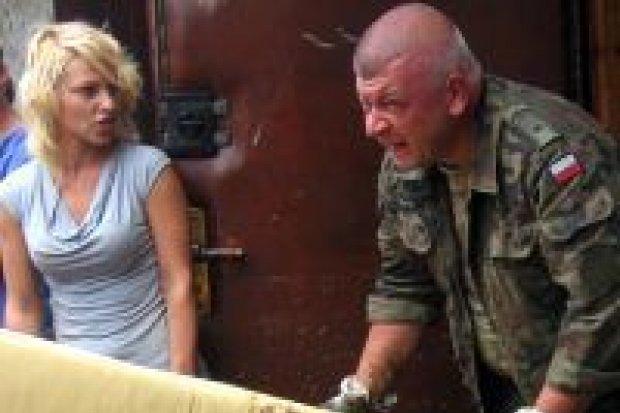 Artylerzyści pomagają powodzianom