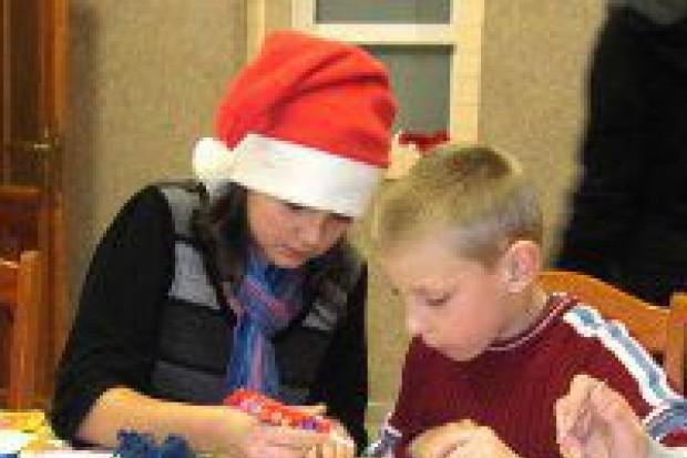 Uczniowie z Iwin z prezentami w Domu Dziecka