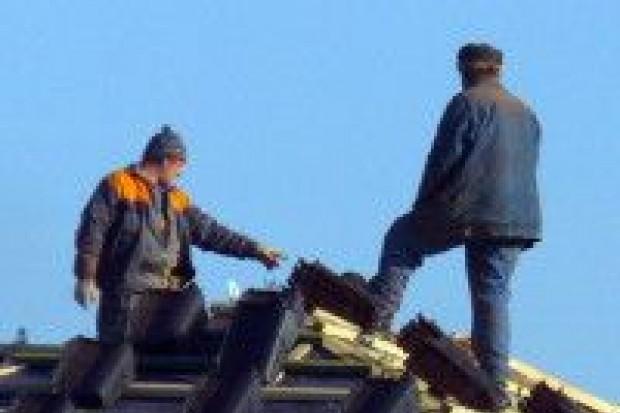Lekkomyślni pracownicy na dachu