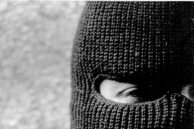 Zamaskowany bandyta sterroryzował pracownicę dyskontu spożywczego i ukradł kilkanaście tys. zł