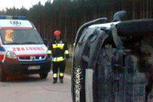 Bus uderzył w barierkę – 3 osoby ranne
