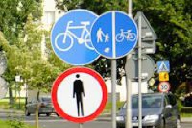9 znaków na 20 metrach chodnika
