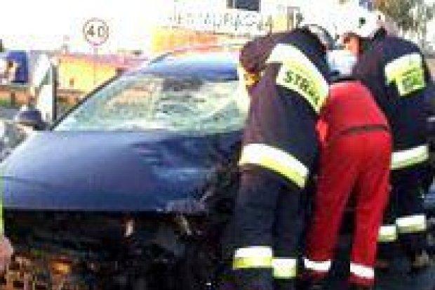 Zderzenie tira z autem – 2 osoby ranne
