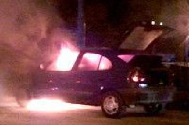 Pożar auta na skrzyżowaniu przy targowisku