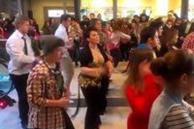 Obejrzyj nagrania flash mobu w galerii City Center
