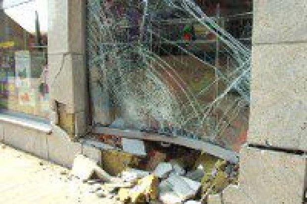 Kierowca BMW wjechał w sklep