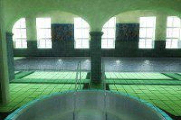 Basen solankowy w zabytkowej pływalni
