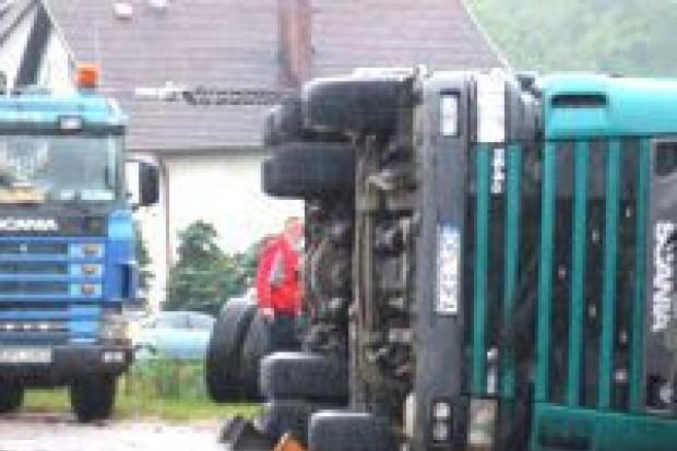 Ciężarówka z drewnem przewróciła się na drodze