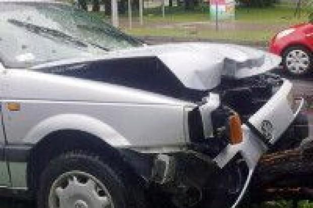 Kierowca Volkwagena uderzył w drzewo