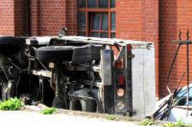 Bus staranował ogrodzenie, pasażer w szpitalu