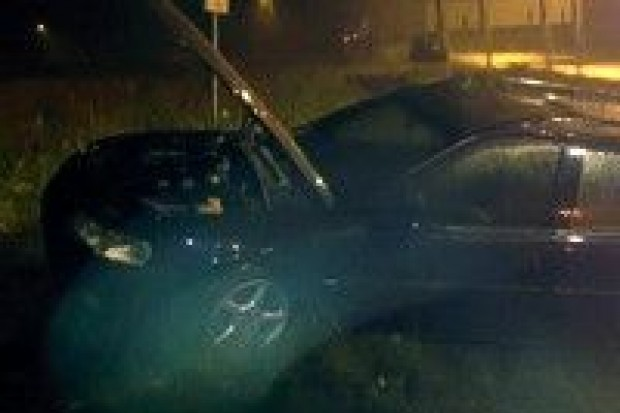 Opel Vectra wpadł do rowu, jedna osoba ranna