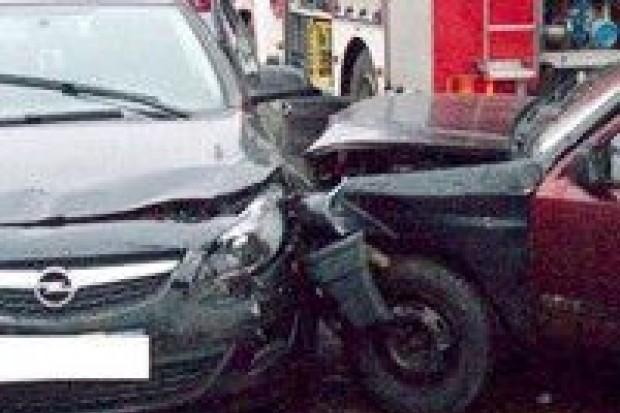 Zderzenie dwóch aut w Wykrotach, dwie osoby ranne