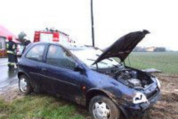 Auto dachowało w Iwinach, dwie osoby ranne